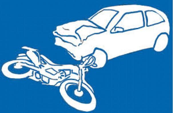 Motorista se distrai no semáforo e carro bate na traseira de moto