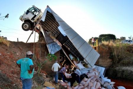 Ponte cede e provoca grave acidente em estrada rural de Osvaldo Cruz