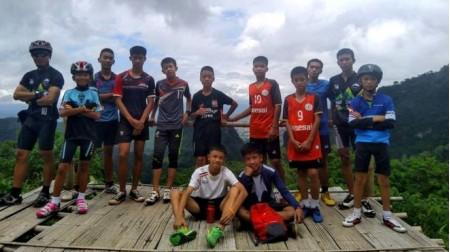 Tailândia: 12 meninos e treinador são tirados da caverna, diz Marinha local