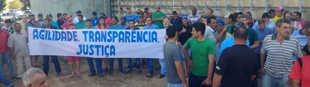 Protesto reúne cerca de 150 ex-funcionários de usina em frente ao Fórum de Junqueirópolis