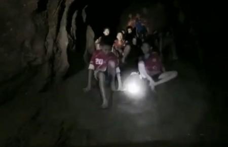 Mesmo após serem localizados, meninos podem ficar meses presos em caverna na Tailândia, diz Marinha