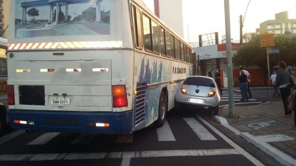 Ônibus da Prefeitura de Osvaldo Cruz se envolve em acidente no centro de Marília