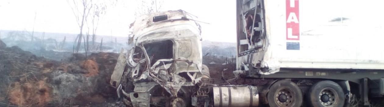 Caminhões pegam fogo após bater de frente na SP-425