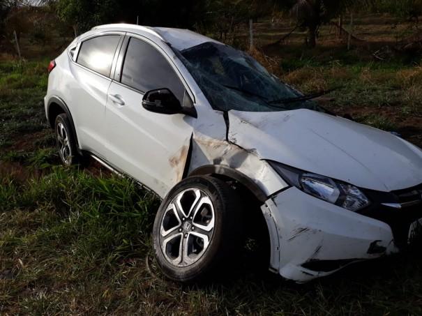 Veículo de Osvaldo Cruz capota na SP-294 em Iacri