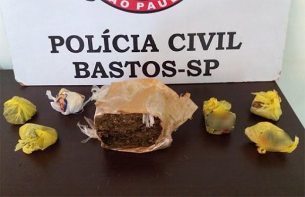 Polícia Civil de Bastos prende mulher e apreende mais de meio quilo de maconha