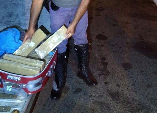 Mulher é presa por tráfico com quase 15 quilos de maconha em mala