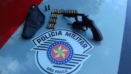 Após denúncia à PM, revólver e munições são retirados de circulação e homem é detido em Adamantina