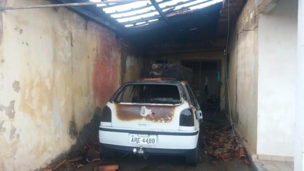 Veículo pega fogo na garagem de residência em Osvaldo Cruz