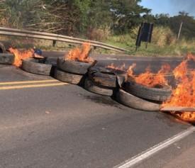 URGENTE - Protesto de caminhoneiros ateia fogo em pneus e bloqueia o trânsito na SP-294