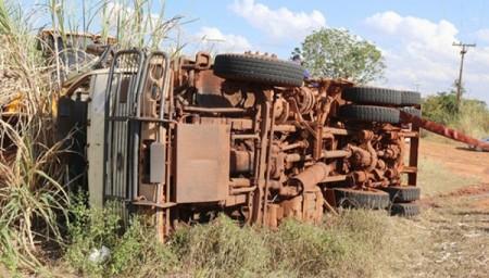 Caminhão pipa carregado com 10 mil litros de água tomba em vicinal