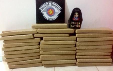 Dois homens e um menor são detidos com 61 tijolos de maconha dentro de carro em Adamantina