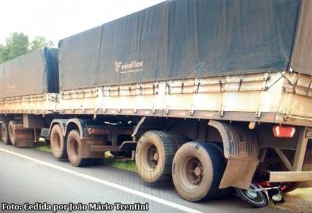 Após colisão em trevo de Tupã, carreta que transitava sentido a Iacri arrasta moto pela SP-294