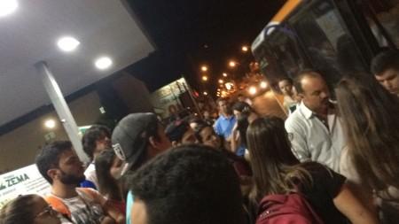 Universitários protestam contra decisão de adequar transporte aos alunos de cursinhos