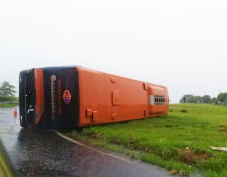 Ônibus do Expresso Adamantina tomba no trevo da Lagoa Seca na SP-294