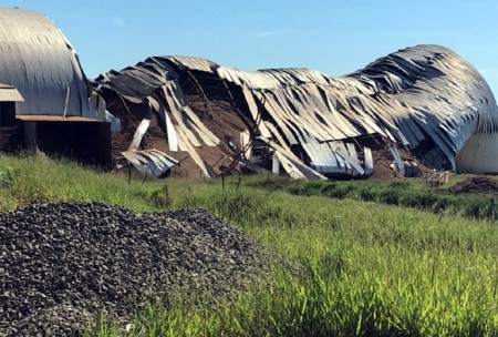 Barracão com 300 mil sacas de amendoim desaba e trabalhador fica ferido em Herculândia