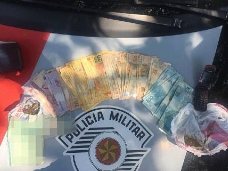 Homem é preso em flagrante e motocicleta, porções de maconha e mais de R$ 2 mil são apreendidos
