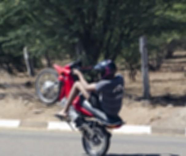 Motociclista é abordado empinando moto no centro de Osvaldo Cruz