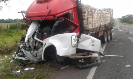 Jovem de 25 anos morre em grave acidente entre camionete e caminhão