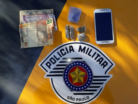 Polícia Rodoviária aborda ônibus na SP-425 e flagra passageiro com droga