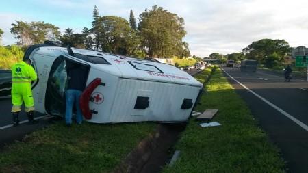 Ambulância capota e deixa feridos em rodovia de Marília
