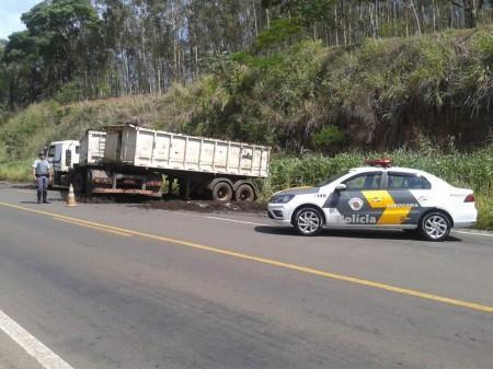 Motorista perde o controle de direção e caminhão caçamba sai da pista na SP-294 em Parapuã