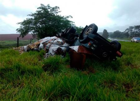Caminhão carregado com bebida fica destruído após capotar na SP-294
