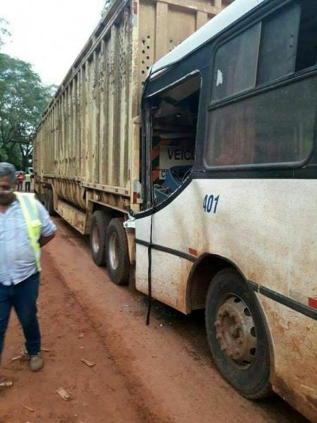 Ônibus com trabalhadores bate em caminhão canavieiro próximo a Salmourão