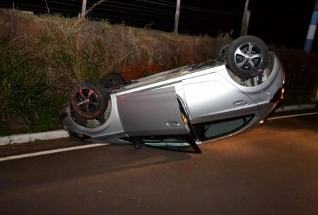 Motorista perde controle da direção e capota veículo na SP-294 em OC