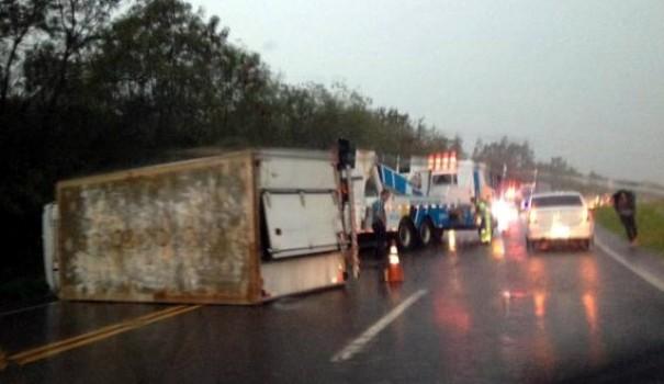 Caminhão baú tomba na SP-294 entre Adamantina e Flórida Paulista