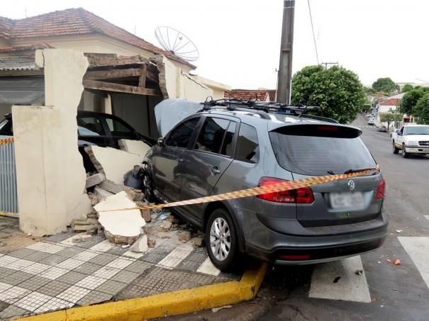 Acidente no centro de OC envolve três veículos e causa danos no muro de uma residência