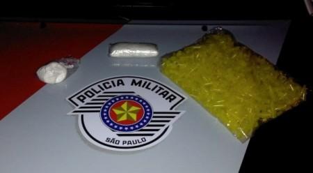 PM prende mulher com cocaína e pinos plásticos usados para comércio da droga