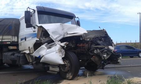 Acidente entre dois caminhões foi registrado neste sábado na SP-294