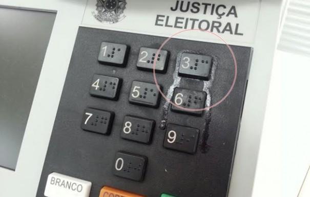 Eleitor cola com 'Super-Bonder' tecla '3' da urna eletrônica em Tupã