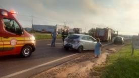 Colisão traseira entre caminhão e carro é registrada na SP-294 no trevo de Dracena