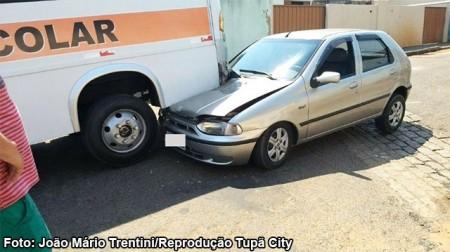 Veículo bate na traseira de ônibus escolar em Tupã