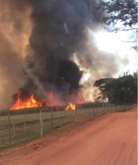 Incêndio de grandes proporções atinge vegetação na Fazenda Ipameri, entre Osvaldo Cruz e Salmourão