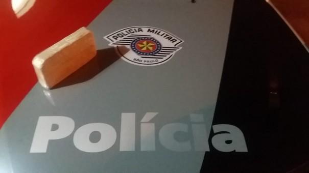 Força Tática prende traficante e apreende 1 kg de cocaína em ônibus na SP-294 em OC