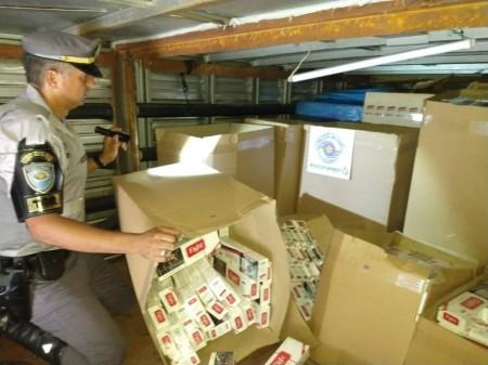 Polícia Rodoviária aborda caminhão e apreende 300 caixas de cigarros oriundos do Paraguai em Indiana