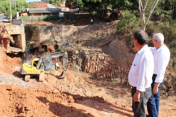 Após cinco anos, Prefeitura de Parapuã inicia obras em erosão da avenida São Paulo
