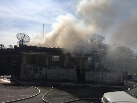 Residência pega fogo e provoca explosões em Osvaldo Cruz