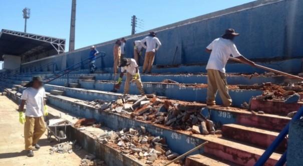 Reeducandos recuperam arquibancada e revitalizarão pinturas do Estádio Municipal de Adamantina