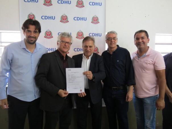 Representantes da CDHU oficializam construção de 104 casas para Salmourão