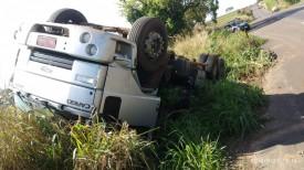 Motorista estaciona para verificar pneus e caminhão tomba em acostamento de rodovia