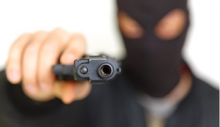 Assaltantes armados e encapuzados roubam motorista e posto de combustíveis em Ouro Verde