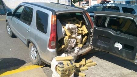 Motorista abandona carro com mais de 400 quilos de maconha