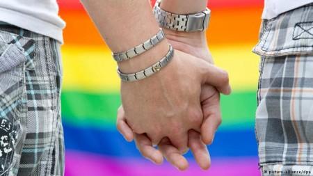 Homossexuais são agredidos e têm carro danificado após trocarem beijos
