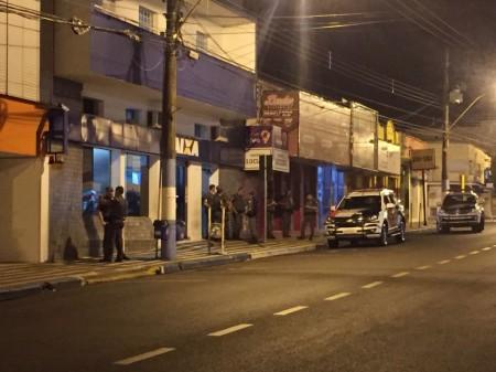 Ladrões arrombam telhado e tentam furtar agência da Caixa Federal de Osvaldo Cruz