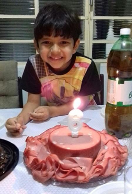 Apaixonado por mortadela, menino ganha bolo de aniversário temático e foto viraliza