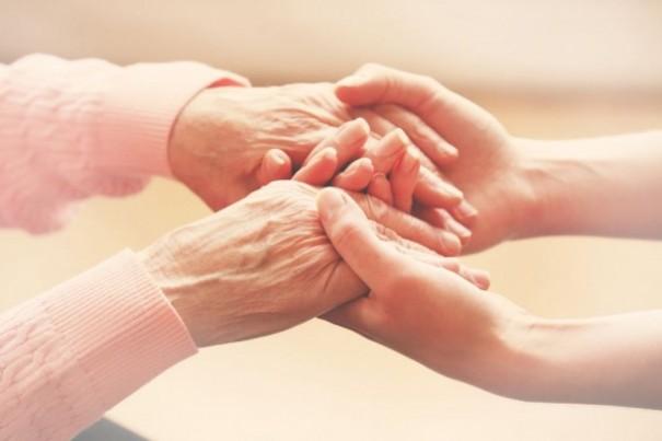 PAT oferece 1 vaga para cuidadora de idosos