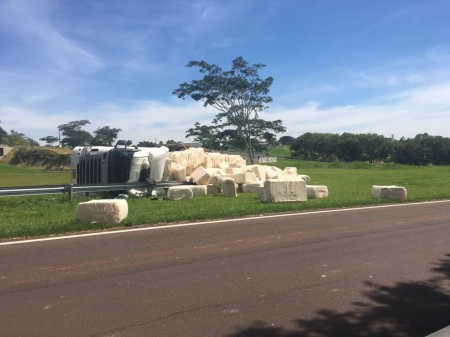 Carreta com carga de 36 toneladas de algodão tomba em alça de acesso a Álvares Machado